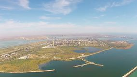 Refinaria moderna na costa de mar, vista aérea vídeos de arquivo