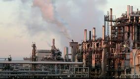Refinería con la reflexión, fábrica, planta petroquímica del gas de petróleo Fotografía de archivo