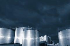 Refinería de los depósitos de gasolina en la oscuridad Imagen de archivo libre de regalías