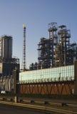 Refinería de petróleo antes de la puesta del sol imagen de archivo libre de regalías