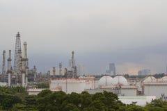 Refinería de petróleo con el cielo de la tarde Imagen de archivo