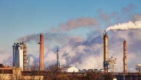 Refinería de petróleo con el vapor - industria petroquímica fotos de archivo libres de regalías