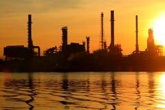 Refinería de petróleo con salida del sol Foto de archivo