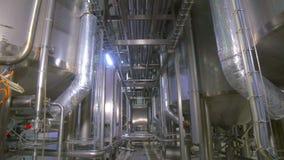 Refinería de petróleo, construcción de la tubería del combustible dentro de la fábrica de la refinería almacen de metraje de vídeo