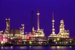 Refinería de petróleo en el crepúsculo Fotos de archivo libres de regalías