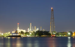 Refinería de petróleo en el crepúsculo Fotografía de archivo libre de regalías
