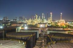 Refinería de petróleo en el crepúsculo Fotografía de archivo