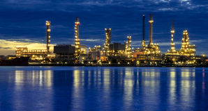 Refinería de petróleo en el crepúsculo Imagen de archivo