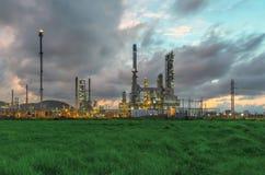 Refinería de petróleo en el crepúsculo Imagenes de archivo