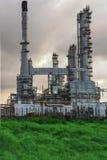 Refinería de petróleo en el crepúsculo Fotos de archivo