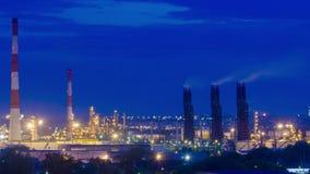 Refinería de petróleo en el crepúsculo almacen de metraje de vídeo