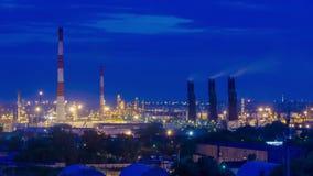 Refinería de petróleo en el crepúsculo almacen de video