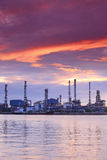 Refinería de petróleo en el crepúsculo hermoso, Tailandia Foto de archivo libre de regalías