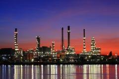 Refinería de petróleo en el crepúsculo, Tailandia fotos de archivo libres de regalías