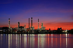 Refinería de petróleo en el crepúsculo, Tailandia Foto de archivo libre de regalías