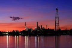 Refinería de petróleo en el crepúsculo, Tailandia Fotos de archivo