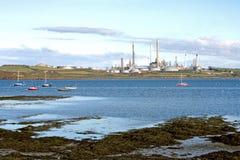 Refinería de petróleo en la costa fotografía de archivo