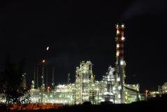 Refinería de petróleo en la noche Fotografía de archivo libre de regalías