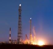Refinería de petróleo en la noche Imágenes de archivo libres de regalías