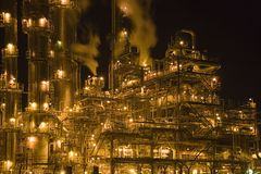 Refinería de petróleo en la noche Fotos de archivo
