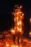 Refinería de petróleo en la noche imagenes de archivo