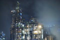 Refinería de petróleo en la noche azul Fotografía de archivo