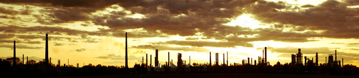 Refinería de petróleo en la puesta del sol Imagenes de archivo