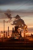 Refinería de petróleo en la puesta del sol Imágenes de archivo libres de regalías