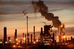 Refinería de petróleo en la puesta del sol Fotos de archivo