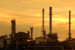 Refinería de petróleo en la salida del sol Fotos de archivo libres de regalías