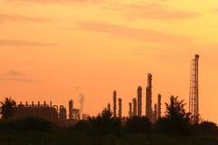 Refinería de petróleo en la salida del sol Fotografía de archivo libre de regalías