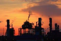 Refinería de petróleo en la salida del sol Imagen de archivo