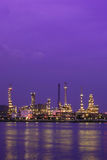 Refinería de petróleo en Tailandia crepuscular Imágenes de archivo libres de regalías