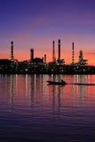 Refinería de petróleo en Tailandia crepuscular Imagen de archivo libre de regalías