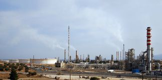 Refinería de petróleo grande en la oscuridad Imagenes de archivo