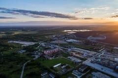 Refinería de petróleo de la visión aérea con un fondo de montañas y del cielo en la puesta del sol Fotos de archivo libres de regalías