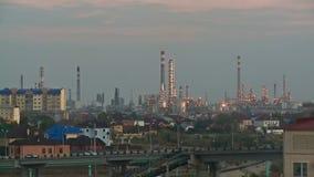 Refinería de petróleo - planta de la industria, puesta del sol, Kazajistán, Atyrau, metrajes
