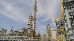 Refinería de petróleo - planta de la industria almacen de video