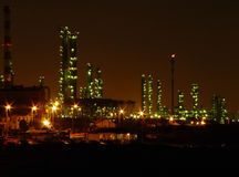 Refinería de petróleo por noche Imagen de archivo libre de regalías