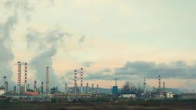 Refinería de petróleo y del gas en el crepúsculo metrajes