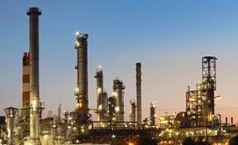 Refinería de petróleo y del gas en el crepúsculo Fotos de archivo libres de regalías