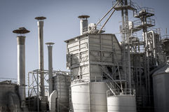 Refinería del almacenamiento, tuberías y torres, descripción de la industria pesada Foto de archivo
