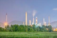 Refinería en el crepúsculo - fábrica de la industria de la refinería de petróleo Fotos de archivo libres de regalías