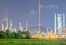 Refinería en el crepúsculo - fábrica de la industria de la refinería de petróleo Imagenes de archivo