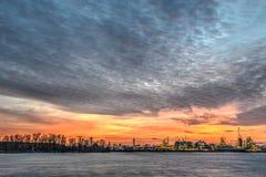 Refinería en la puesta del sol imagen de archivo libre de regalías