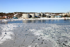 Refinería en paisaje del invierno Foto de archivo