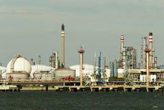 Refinería - fábrica de petróleo y del gas. Fotografía de archivo libre de regalías