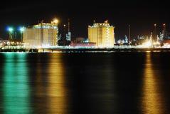 Refinería grande de la fábrica en noche Imágenes de archivo libres de regalías