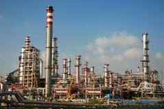 Refinería grande de la fábrica - industrial, petróleo y gas. Imagenes de archivo
