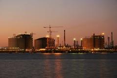 Refinería grande - fábrica de petróleo y del gas. Fotografía de archivo libre de regalías